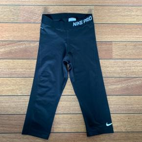 Sorte 3/4  Nike Pro tights. Mener ikke jeg har brugt dem, de har bare lagt i mit skab i ca. 3 år. fejler absolut intet.  Skriv endelig hvis i har spørgsmål eller vil se flere billeder! :)  🚬❌🐈 RØG OG PELSFRIT HJEM