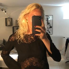 Super sød Zara bluse/top med flotte blonde-detaljer. Næsten ikke brugt 💛🤗  Jeg giver mængderabat, så tjek endelig mine andre annoncer ud🌞🌞