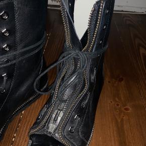 Vare er sat som god men brugt da lynlåsen er defekt på den ene støvle, ellers er de aldrig brugt.