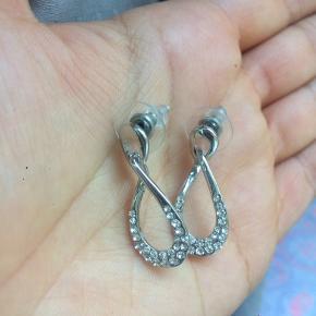 Skinnende, sølv øreringe. Fejler intet og er aldrig blevet brugt.