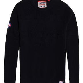 Nu Embossed Logo Crew Jumper  Lækker mørkeblå strik fra Superdry med stort logo foran.  Style: M61105PT Farve: Dark Navy 100% Bomuld A