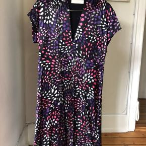 Dejlig kjole fra liv of Copenhagen i kraftig kvalitet. Brugt enkelte gange og kun vasket en enkelt gang. Str 40.