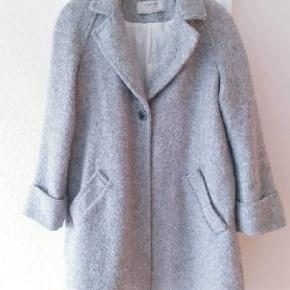 Dejlig varm jakke. Den lukkes med en knappe. Str m