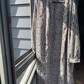 Flot kjole fra only  Str 40   Afhentes i Aalborg Øst eller sendes på købers regning