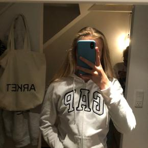 Hvid GAP hoodie med lynlås i str M. Den passer de fleste str alt efter hvordan den skal fitte.  Den har næsten aldrig været brugt❤️