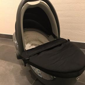 Udlejer Autostol, op til 9 kg , Römer - Britax Baby-Safe Sleeper ( Autolift)  Anbefales til babyen op til 6 mdr. (10 kg.).  Barnet ligger komfortabelt fladt ned og fastgøres med to af bilens seler, samt med 2 adapterkroge. Specielt velegnet til for tidligt fødte samt til lange køreture, fx. ferie.  1 dag - kr. 75 1 weekend - kr. 175 7 dage - kr. 250 1 måned - kr. 500  Depositum - kr. 400