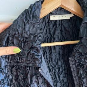 Fed vintage tynd jakke med 'krøllet' stof , jege r en medium og passer den fint
