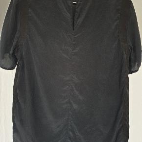 """Bluse i 100% silke fra Selected Femme.  Kan se på billede 3, at den er brugt og vasket, så den er ikke helt glat sort. Ved ikke om det er normalt efter vask af silke, så sælges billigt og kun via ' Køb Nu"""".  Køber betaler fragt med Dao. Se også mine andre annoncer 🙂."""