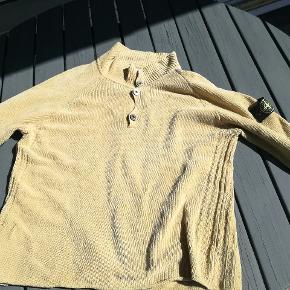 Vintage stone island sweater. Mega fed og det er en man ikke ser hver dag. Den fitter en L. Den er dog lidt slidt, men det gør sen bare federe. Kom gerne med bud