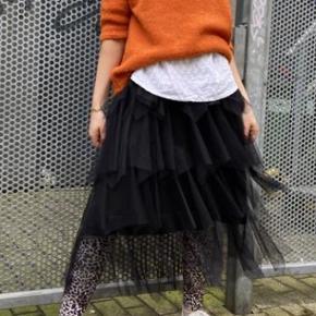 Smuk og trendy tyl nederdel, incl. leopard leggings i str L