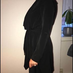 Sælger for veninde:   Sælger min fine trenchcoat, som jeg kun har brugt få gange.  Størrelse small  Ingen slid, ingen fejl.  Kan bindes med snor.  Byd (fragt koster ca.33 plus køberbeskyttelse).