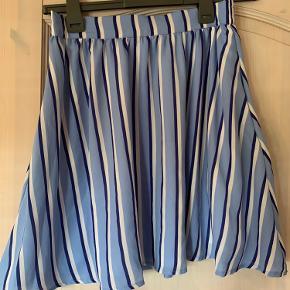 Nederdel af fransk mærke (købt i Frankrig). Størrelse Medium, går ind i taljen med elastik og A-formet for neden. Med lommer i + underskørt så IKKE gennemsigtig. Falder rigtig flot, brugt én gang.