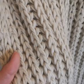 Stort tubetørklæde I kabelstrik. Tørklædet er utroligt blødt og har lidt shimmer snor i sig