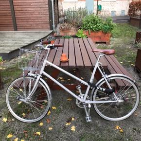 Tokyo Bike Bisou Elfenben Stel str. 55cm Lækker Tokyo cykel med kurv, reelight magnetlygter og sikkerhedsgodkendt kædelås samt 7 gear. Brugt i et par måneder, ellers har den bare stået i min gård. Super dejlig cykel i meget flot stand. Den trænger til at få smurt kæden og få luft i dækkene, og støttebenet skal skiftes. Alt dette kan fikses hos en cykelhandler for et paR 100kr., ellers er der intet i vejen med den. NYPRIS 4500kr.