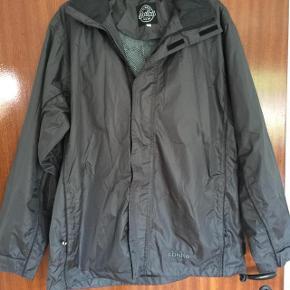 Abeko lækker grå regnjakke m hætte str M. Brystvidden er ca 2x58 cm og længden er 72 cm