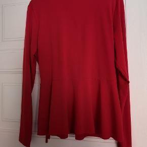 Rød binde bluse fra Gina Tricot. Passer en str. M-XL alt efter fit.