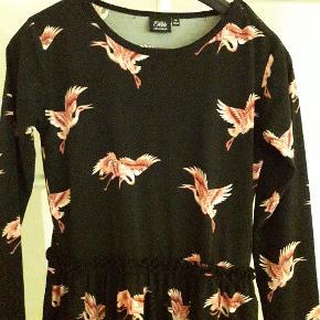 Så sød knælang kjole med pelikaner. I strækbar lycra. Supet kbalitet. Brugt et par gange til fest.