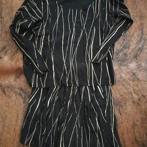Varetype: Bluse og shorts sæt Størrelse: XS/S Farve: sort og guld Prisen angivet er inklusiv forsendelse.