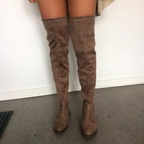 Buch lange støvler aldrig brugt stadig med pris på str 37  Støvlerne har snøre bagpå så de kan strammes ind  De behalige og har lav hæl