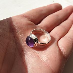 Smuk lille ring med ametyst. Helt ny/ubrugt. Str ca 53/medium.  fragt 10kr Se også mine andre smykker under profil.