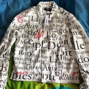 Super fed denim jakke fra Palace. Sælges da den ikke fitter som ønsket. Jakken er str. L. Jakken er super god kvalitetsmæssig og har et mega fedt design. Kan hentes eller sendes fra Odense. Skriv endelig hvis du har andre spørgsmål :).