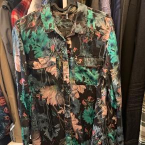 Super fin skjorte i lækkert materiale med stræk i, ikke brugt meget :-)