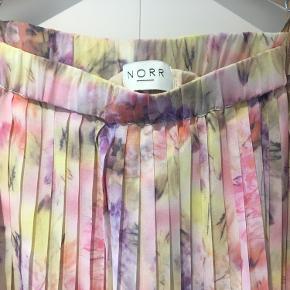 Super sød plisseret nederdel fra NORR. Som ny.  Kan også afhentes i Aarhus (Søren Frichs Vej) på hverdage.