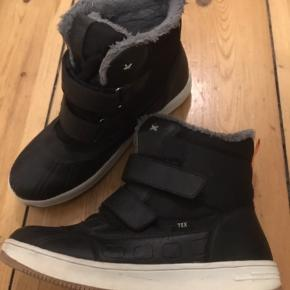 """Lækre varme vinterstøvler med foer og velcrobånd - fejler intet og stand er i den bedre ende af """"god, men brugt""""."""