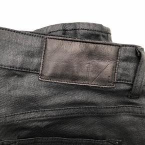 """Varetype: Skinny Størrelse: 29/30"""" Farve: Sort Oprindelig købspris: 1200 kr.  Lækre coated jeans fra Tiger Of Sweden. Brugt men i god stand. Str 29/30. Style Slight."""