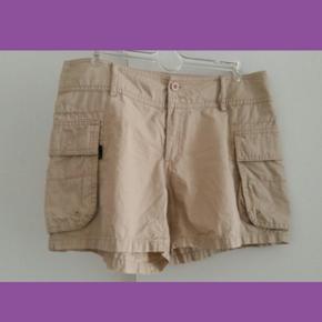 3 shorts courts : 1 en toile et deux en jeans blanc. (Taille 38 )  10,-CHF pièce ou 20,-CHF les 3