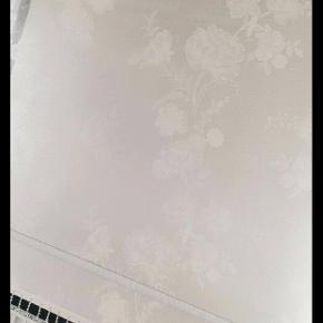 2 i 1 rullegardiner sælges til billig pris, dvs gardinerne er med mørklægning. Målene på 2 af dem er 135×2meter og den sidste måler 79,5×2 meter.