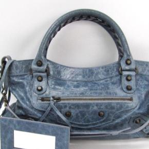 Virkelig flot Balenciaga taske, sælges billigt fordi det haster!! Den har ikke slid på hjørner eller hanke. Den er rigtig lækker i læderet og er i god stand :)