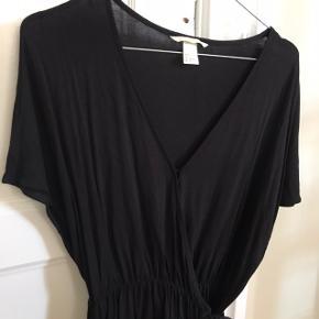 Flot sort binde-tshirt fra H&M. Sort, str. small (oversize i størrelsen) og aldrig brugt.