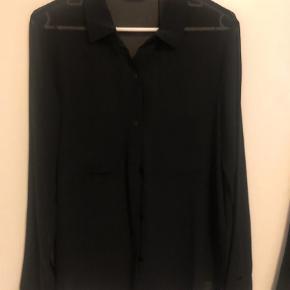 Varetype: Langærmet Farve: Sort Oprindelig købspris: 600 kr.  To skønne nye skjorter i perfekt stand. En sort og en blå. Stoffet er uden mønster, så det lyse billede er blot for at vise modellen.  Prisen er pr styk.