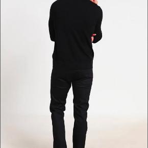 Hugo Boss slimfit jeans købt på Zalando - kvittering haves.  Str. 34x36. Vildt flotte jeans i lækker kvalitet. De er kun brugt én gang men desværre lidt for små til min kæreste.   De passer til den høje mand.
