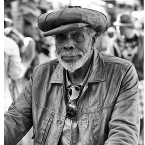 Flot og stemningsfyldt plakat. Som ny.  Mål: 50x70 cm. Om plakaten: Hverdagsfoto fra Jazz festival i San Francisco af Troels Heiberg Frandsen som er fotograf og uddannet arkitekt. Billedet er resultat af at han altid har kameraet under armen og hiver derved hverdagen ind i stuen på en enkel måde. Vi har givet 850 kr. for plakaten og 375 kr. for rammen i hvidt træ, dvs. 1.224 kr. i alt. Vi sælger nu begge dele til 600 kr. Eller kun plakaten til 400 kr. Skal afhentes i Århus C. Plakaten alene kan dog sendes alene.
