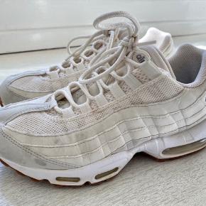 Nike Air Max. Brugt sidste sommer, ellers stået i sko skabet. Få brugstegn og har mange år endnu.