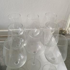 Rødvinsglas fra IKEA. 60 CL. 8 stk. Sælges kun samlet. BEMÆRK: 10 kr. per stk. (IKEA pris 19 Kr. per stk.) Ingen skår. Støvede, så trænger til en vask.  Tåler opvaskemaskine.  Kan afhentes i Esbjerg eller sendes. Angivet pris er excl. fragt.