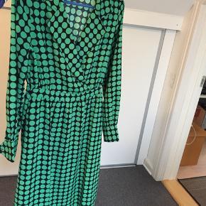 Sælger denne kjole som jeg kun har brugt 1 gang til en fødselsdag men den er ikke lige mig mere.   Skriv for flere billeder