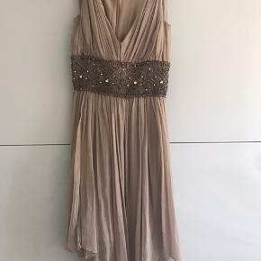 Smuk kjole i 100 silke.  Jeg har givet 4000,- for den. Sælges meget billigt,  da den er gået  lidt ved lynlås (ryggen) men som kan sys. Fest, bryllup, eller som sommekjole med sandaler   Bytter ikke og sender med dao