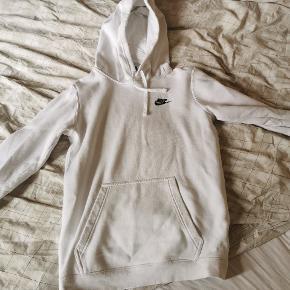 Hvid Nike hoodie  Stand: 8/10 ingen pletter, huller eller lign.  Str: xs