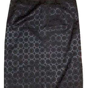 Smuk ny nederdel fra HM i str 46, livvidde 46 cm, længde 64 cm. Nederdelen er i 50% bomuld og 50% polyester har lynlås og en slids i siden. På alle kanter er der et satinbånd også i slidsen. Porto 37 kr