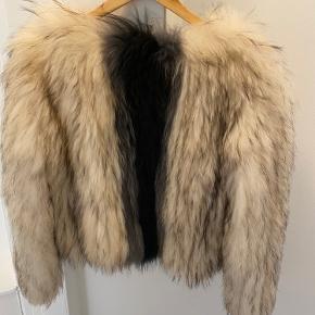 """Sælger min jakke fra Saks Potts, da jeg ikke længere får den brugt. De to øverste """"knapper"""" er desværre ikke længere så hvide, derfor den lave pris. Knapperne kan dog ikke ses, når man har den på. Alternativt kan de også fjernes.   Prisen er ikke til forhandling, og køber betaler fragt. Kan også afhentes på Østerbro."""