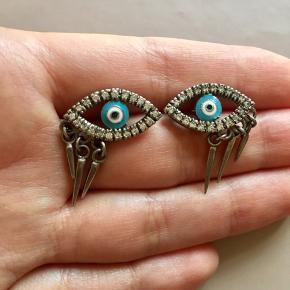 Fine alpu øreringe fra Heartmade Julie Fagerholt . I god, men brugt stand. Den ene ørestik er en lille smule bøjet (se foto), men stadig brugbar. Æske medfølger ikke . Sølvøjet måler ca 2 cm i længden. Nypris 1700 dkr.  Søgeord: Sølv øreringe øje eye øjne sølv blå hvid emalje earrings smykke smykket jewellery