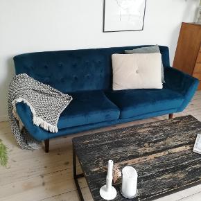 * MERE GRØNLIG END BILLEDET VISER. SE BILLEDE 2, HVOR FARVEN ILLUSTRERES * Jeg sælger min fede veloursofa / velour sofa - farven er mere grønlig end på billedet. Man er velkommen til at komme at se den 😊 Den fejler ingenting, og ved afhentning kan benene skrues af.  Mål: Længde: 170 cm Højde m. ryglæn: 80 cm Siddedybde: 52 cm  Virkelig fin og let at se på, med mørke træben. 1900 kr,-