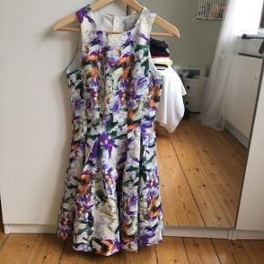 Brugt enkelt gang til konfirmation. Super flot kjole fra H&M exclusive, smuk pasform. :-)  50'er 60'er inspireret