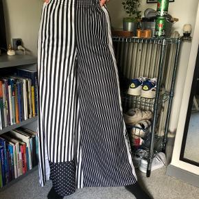 Sælger disse mega fede og unikke bukser fra Adidas. De er aldrig brugt da jeg aldrig har kunnet passe dem. De sidder godt og er meget behagelige at have på.