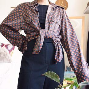Vintage skjorte med et kubistisk mønster 🟧◼️⬜️ Vildt fin, og kan styles på mange måder!  Har et oversized fit - ses på en xs/s