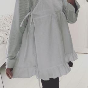 Finebyphine design, løs skjorte bluse, bindes i siderne, lavet i 100% bomuld (seersucker), passer xs-m  Mp 650 pp