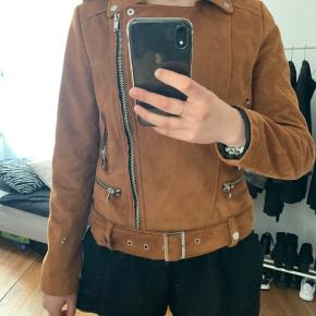 Megt fin jakke, næsten som ny. Str.M Byd gerne! :)